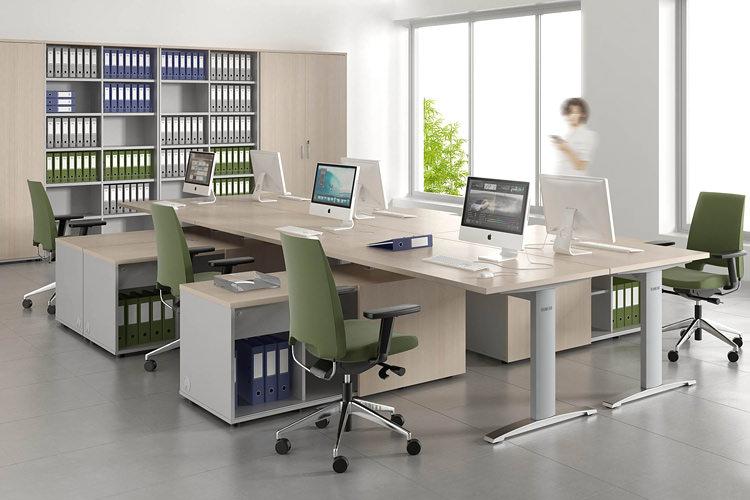 Großraumbuero mit Aktenschränken und Schreibtische