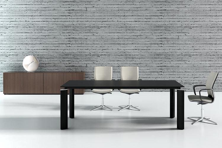 Konferenztisch mit modernen Füßen in schwarz