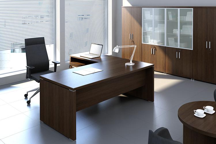 Eckschreibtisch und Aktenordnerschränke für Büro